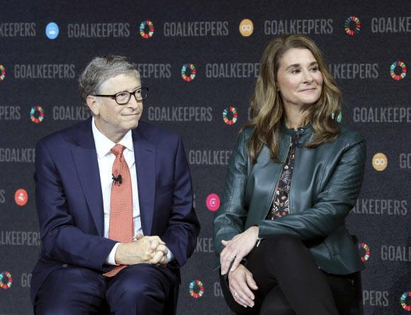 세계적 억만장자 부호이자 세계 최대 소프트웨어 업체 마이크로소프트(MS)의 창업자 빌 게이츠가 아내 멀린다 게이츠와 27년간의 결혼 생활을 끝내고 이혼하기로 합의했다고 3일(현지시간) 밝혔다. 사진은 빌 게이츠 부부가 2018년 9월 뉴욕에서 열린 한 행사에 함께 참석한 모습. 2021-05-04 뉴욕 AFP 연합뉴스