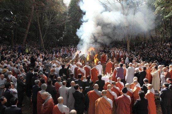 2010년 송광사 근처 숲에서 열렸던 법정 스님의 다비식. 숱한 사람들이 이곳을 찾아 법정 스님의 열반을 애도했다. [중앙포토]