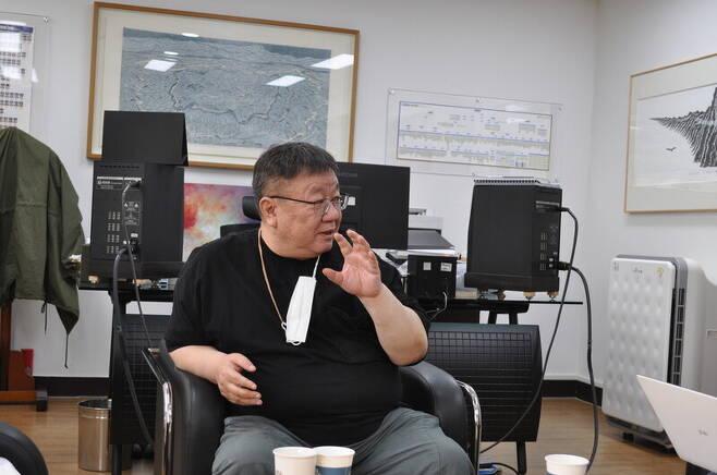 강헌 경기문화재단 대표이사가 7일 수원 경기문화재단에서 <한겨레>와 인터뷰를 하고 있다. 경기문화재단 제공