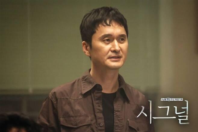 출처: 드라마 <시그널>에 비리 경찰로 출연한 장현성 | tvN
