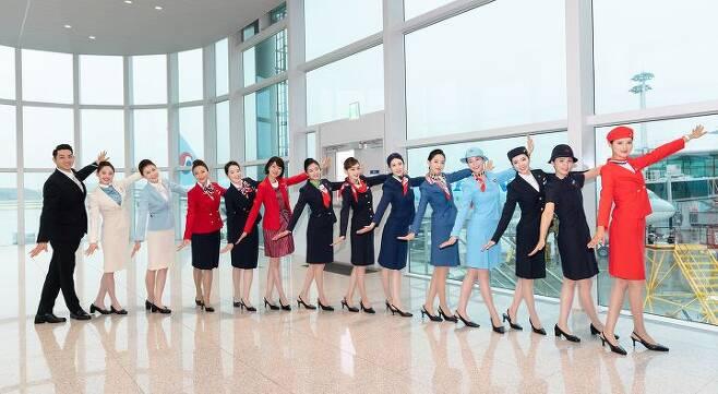 출처: 대한항공 객실승무원들이 역대 유니폼 11종을 입고 기념 촬영을 하는 모습