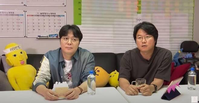 출처: 함께 유튜브 라이브 방송 중인 신원호(왼쪽), 나영석 감독.