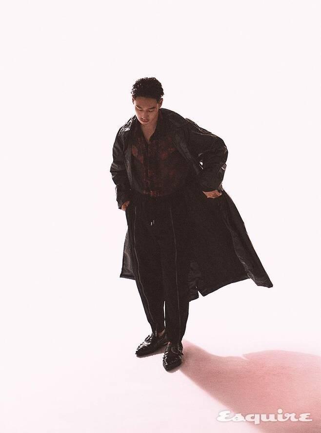 출처: 트렌치코드, 플라워 패턴 시폰 셔츠 모두 드리스 반 노튼 by 분더샵. 블랙 조거 팬츠, 블랙 레더 로퍼 모두 돌체&가바나.
