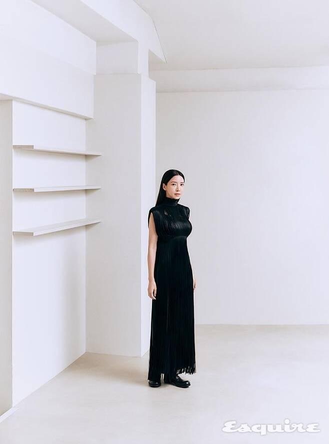 출처: 프린지 드레스, 그레이 울 스커트, 블랙 로퍼 모두 프라다.