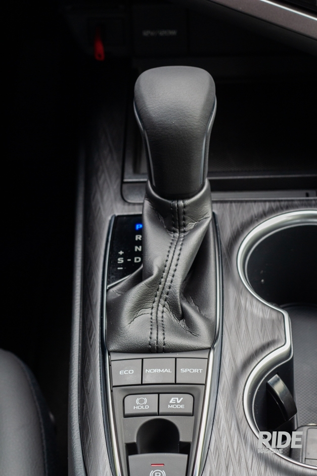 ECO 모드로 주행하면 차가 알아서 최적의 효율을 위해 엔진과 전기모터를 오가며 주행을 하지만, 연비를 극대화하고 싶다면 기어 레버 아래 EV 모드 버튼으로 기능을 활성화해 전기모터의 사용을 최대한으로 늘릴 수 있다.