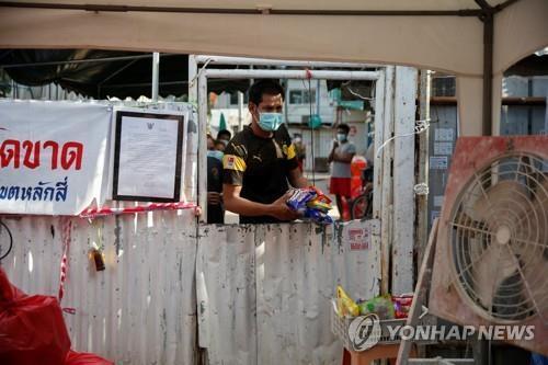 코로나 집단감염으로 출입이 금지된 방콕 이주노동자 숙소 모습. [로이터=연합뉴스]