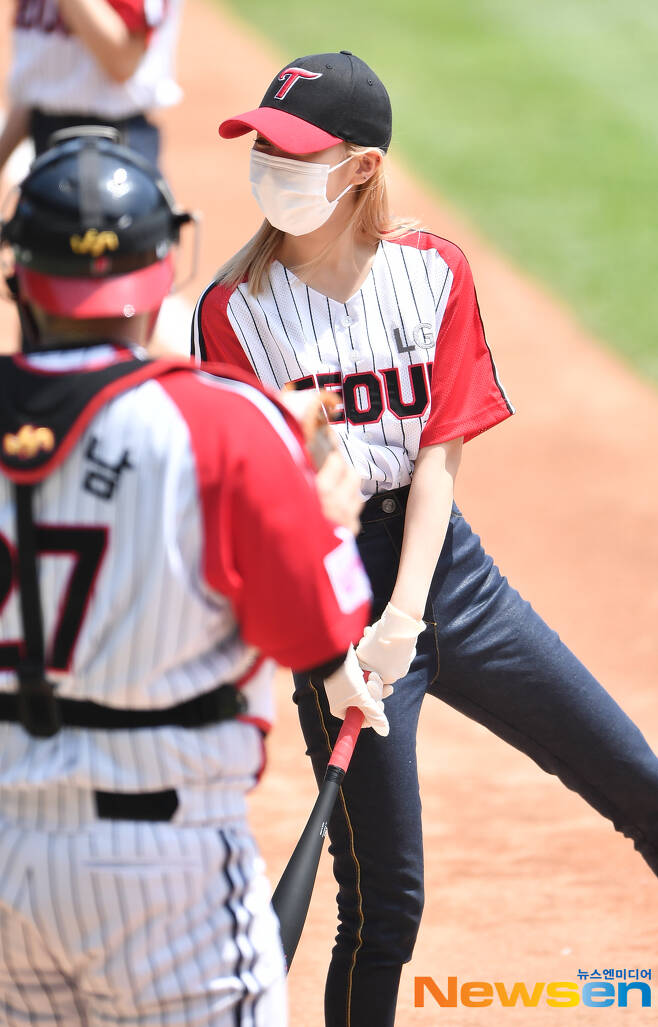 The LG Twins-Kium Heroes game of the 21 Shinhan Bank SOL KBO League was held at Jamsil Baseball Stadium in Songpa-gu, Seoul on the afternoon of May 30.Before the game, girl group ITZY (ITZY) Yuna played Club Universitario de Deportes by City Ryu Jin. After the end of the fifth round, ITZYs stage performance will be held.As a starting pitcher, LG has won five wins, and Suarez Kiwoom has won two wins in the season.