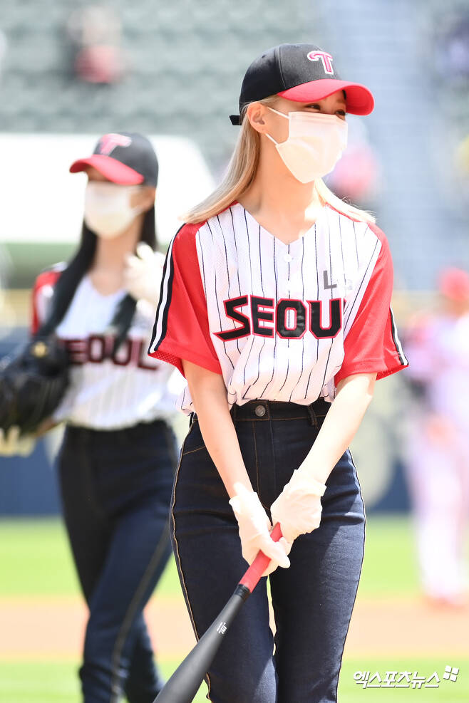 ITZY Ryu Jin is preparing for the sita ahead of the match between 2021 Shinhan Bank SOL KBO League Kiwoom Heroes and LG Twins at Jamsil-dong Baseball Stadium in Songpa-gu, Seoul on the afternoon of the 30th.Copyright c (xportsnews. com)