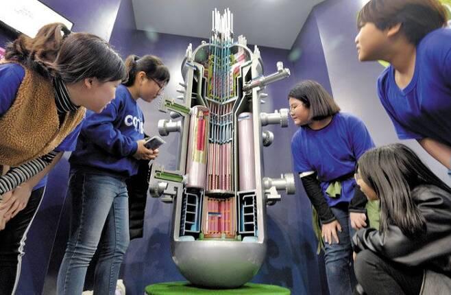 한국이 개발한 소형원전 '스마트' 모형 - 2019년 4월 9일 대전 국립중앙과학관에서 열린 한국원자력연구원 창립 60주년 기념 특별성과전시회에서 학생들이 원자력연구원이 개발한 소형 모듈 원전(SMR)인 스마트(SMART) 원자로 모형을 살펴보고 있다. /신현종 기자