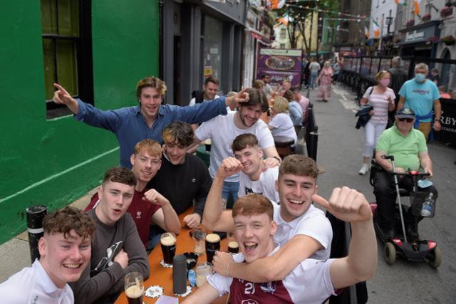 코로나19 규제가 완화된 7일 아일랜드 골웨이의 한 레스토랑 야외테이블에서 시민들이 즐거워하고 있다 골웨이=로이터 연합뉴스