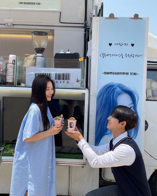 Red Velvet Yeri flaunts Pentagon Yang Hong-seok and sweet chemiOn the afternoon of the 9th, Red Velvet Yeri posted several selfies on his personal SNS, saying, Thank you for our company # Blue Bus Day # Oharin # smchan.In the photo, Red Velvet Yeri received a snack car from his agency SM Entertainment at the playlist digital drama Blue Bus Day.Yeri showed off her refreshing vibe as she perfected her bright blue-colored dress.In particular, Pentagon Yang Hong-seok posed for a snack while kneeling at Red Velvet Yeri and laughed.In addition, Yeri and Yang Hong-seok raised expectations for the broadcast, foreshadowing the fantasy chemistry with fellow actors appearing together on Blue Bus Day.Meanwhile, playlist digital drama Blue Bus Day, starring Red Velvet Yeri and Pentagon Yang Hong-seok, will be airing this summer.Red Velvet Yeri SNS