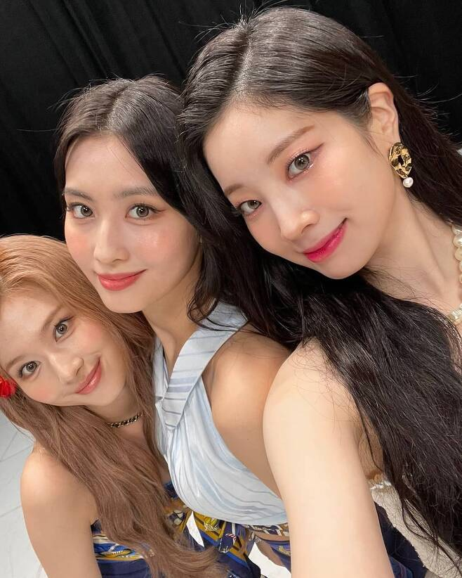 TWICE Dahyun, MOMO and Sana boasted pretty beautiful looks.On the 10th, TWICE official Instagram posted several photos with the article Todays Mca.In the photo, Sana, MOMO and Dahyun gazed at the camera together and showed off their beautiful looks.Those who boasted the beauty that was over the limit attracted attention by emitting three-color charms, and the youthful yet deeper beautiful looks catch the eye.Dahyun, who also unveiled a solo cut, showed off his white skin and laughed at the still playfulness.Fans cheered with comments such as Its so pretty, Its perfect, Its cute, and Beautiful Looks Triangle.Meanwhile, the group TWICE, which they belong to, premiered its title song Alcohol - Free on the 11th, ahead of the release of their new mini album Taste of Love (Teste of Love), and presented the stage on M Countdown today (10th).