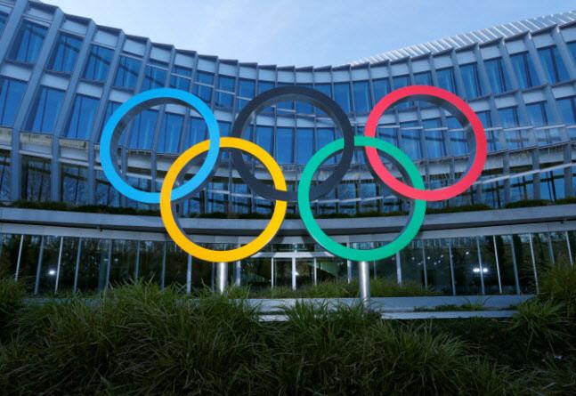 국제올림픽위원회(IOC) 본부에 세워진 오륜기 조형물. (사진=AFPBBNews)