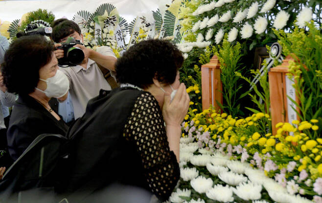 광주 철거 건물 붕괴 참사 희생자의 지인들이 11일 오전 광주 동구 서석동 동구청 앞에 마련된 합동분향소를 찾아 오열하고 있다.(사진=뉴시스)