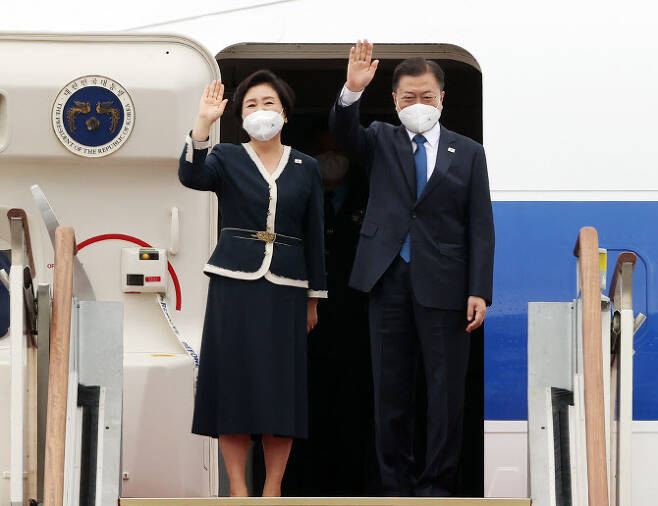 G7(주요 7개국) 정상회의 및 오스트리아, 스페인 순방을 위해 출국하는 문재인 대통령이 부인 김정숙 여사와 11일 오후 서울공항에서 공군1호기에 올라 환송 인사들에게 손을 흔들어 인사하고 있다. (사진=연합뉴스)