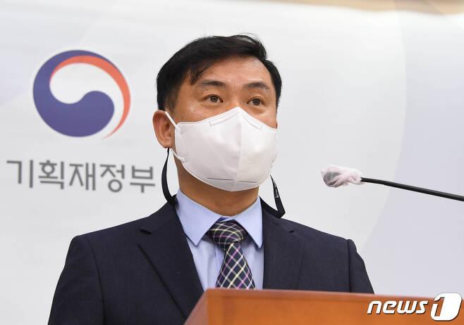 김영훈 기획재정부 경제분석과장이 11일 정부세종청사에서 '2021년 6월 최근경제동향' 관련 브리핑을 하고 있다. (기획재정부 제공) 2021.6.11/뉴스1
