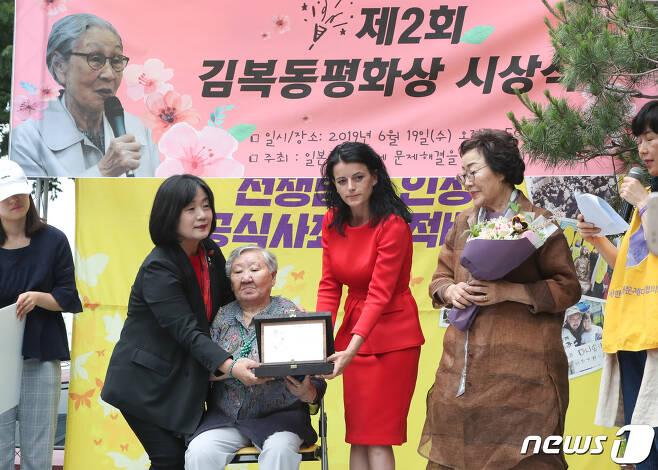 윤미향 국회의원과 길원옥 할머니 자료사진. /뉴스1