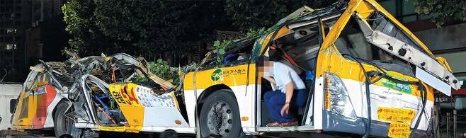 광주 건물 붕괴 사고 재구성 - 지난 9일 오후 4시 22분쯤 광주광역시 동구 학동 재개발 지구에서 철거 중이던 5층 건물이 도로 쪽으로 무너져내려 건물 앞 정류장에 정차하던 54번 시내버스를 덮쳤다. 이 사고로 9명이 숨지고 8명이 다쳤다. /연합뉴스
