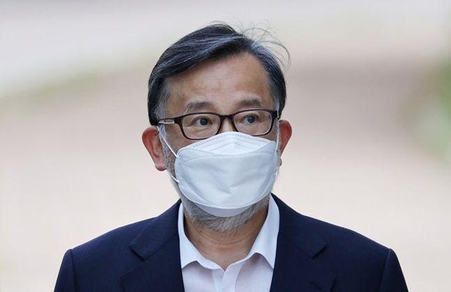 접대·뇌물 혐의로 기소돼 실형을 선고받은 김학의 전 법무부 차관이 10일 오후 경기도 의왕시 서울구치소에서 보석으로 석방되고 있다. ⓒ연합뉴스