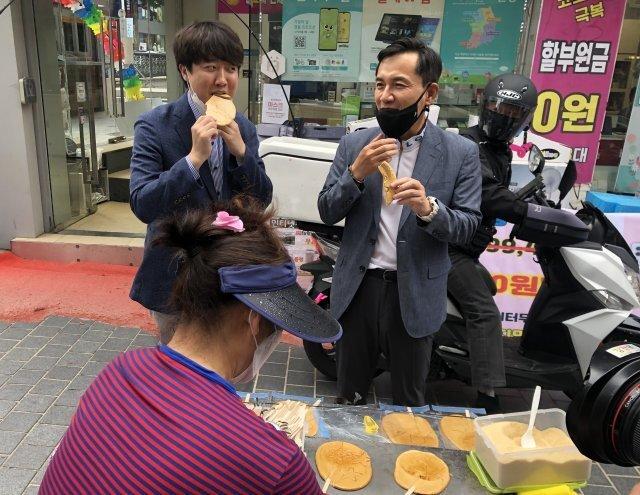 이준석 국민의힘 당대표 후보(왼쪽)가 5일 강원 춘천시를 방문해 김진태 전 의원과 '달고나'를 먹고 있다.(이준석 캠프 제공) 2021.6.5/뉴스1