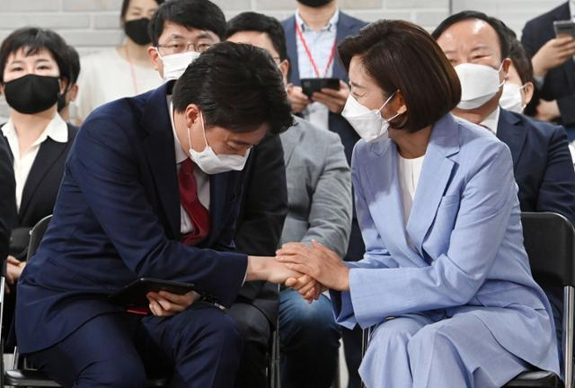 국민의힘 이준석 신임 당대표가 11일 서울 여의도 당사에서 열린 전당대회에서 나경원 후보의 축하를 받고 있다. 뉴시스