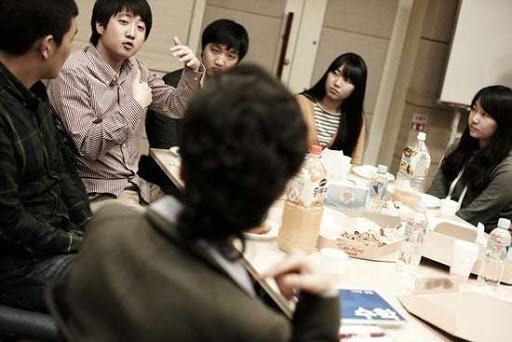 2011년 교육봉사 단체인 '배움을 나누는 사람들' 회의실에서 당시 박근혜 한나라당 비상대책위원장과 이야기를 하고 있는 이준석 대표. [이준석 대표 제공]