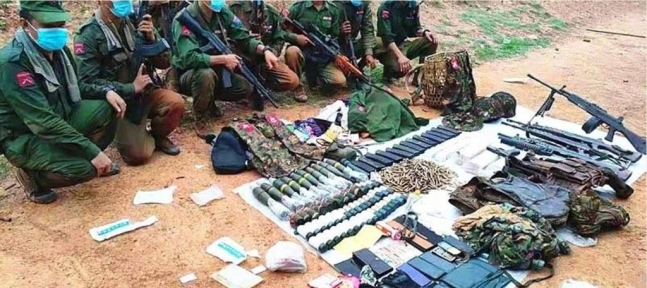 아라칸반군(AA)이  미얀마군 11명을 사살했다고 밝히며 노획한 무기들을 보여주고 있다. 사진 이라와디