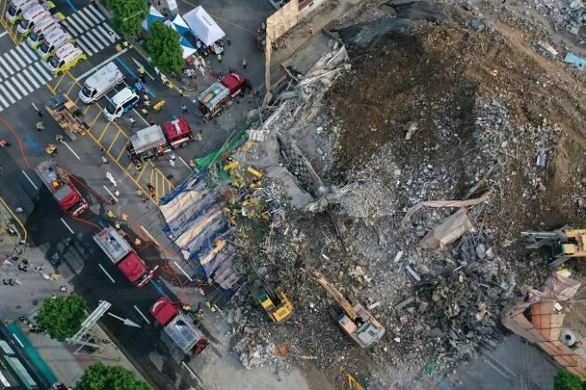 9일 오후 광주 동구 학동의 한 철거 작업 중이던 건물이 붕괴, 도로 위로 건물 잔해가 쏟아져 시내버스 등이 매몰됐다. 사진은 사고 현장에서 119 구조대원들이 구조 작업을 펼치는 모습. 연합뉴스