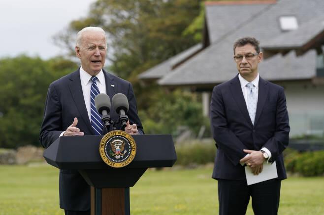조 바이든(왼쪽) 미국 대통령이 10일(현지시간) 주요 7개국(G7) 정상회의에 앞서 영국 콘월 세인트아이브스에서 기자회견을 열고 미국의 글로벌 코로나19 백신 공급 노력을 설명하고 있다. 오른쪽엔 앨버트 불라 화이자 최고경영자(CEO). [AP]