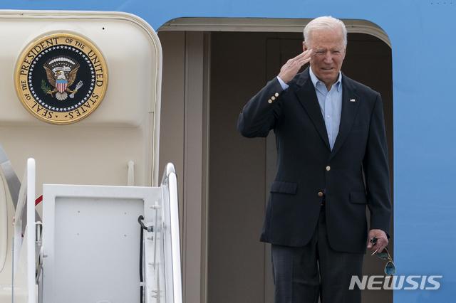 [메릴랜드=AP/뉴시스]조 바이든 미국 대통령이 9일(현지시간) 앤드루 공군기지에서 에어포스원 전용기에 오르며 인사하고 있다. 2021.6.9.