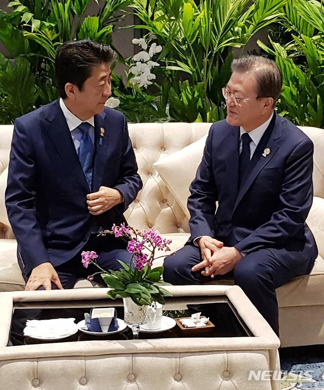 【방콕=뉴시스】박영태 기자 = 문재인 대통령이 지난 2019년 11월 4일 오전(현지시간) 태국 방콕 임팩트포럼에서 열린 '제22차 아세안+3 정상회의'에 앞서 아베 신조(왼쪽) 일본 총리와 사전환담을 하고 있다. (사진=청와대 제공) 2021.06.11. photo@newsis.com