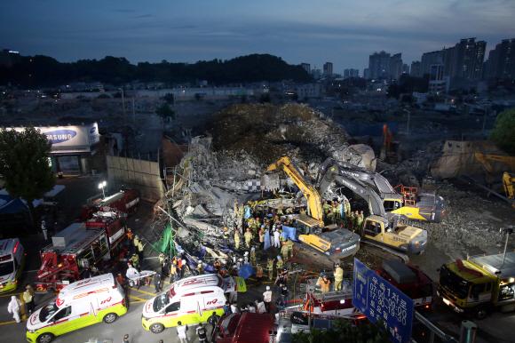 9일 오후 광주 동구 학동의 한 철거 작업 중이던 건물이 붕괴, 도로 위로 건물 잔해가 쏟아져 시내버스 등이 매몰됐다. 사진은 사고 현장에서 119 구조대원들이 구조 작업을 펼치는 모습. 2021.6.9  2021-06-09 20:56:02/ 연합뉴스