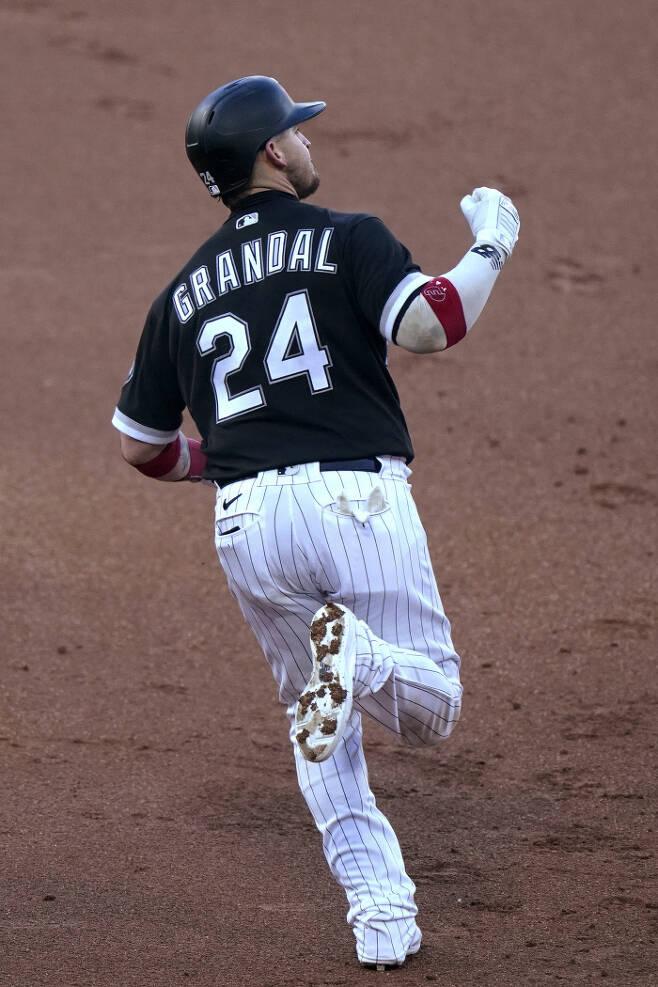 화이트삭스 야스마니 그란달이 1회 류현진으로부터 투런 홈런을 때린 뒤 1루를 돌며 주먹을 쥐어 보이고 있다. | AP연합뉴스