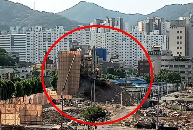 철거건물 붕괴참사 현장으로부터 320m 떨어진 상가 6층서 목격한 당일 아침 상황 [독자 제공 영상 캡처. 재판매 및 DB 금지]