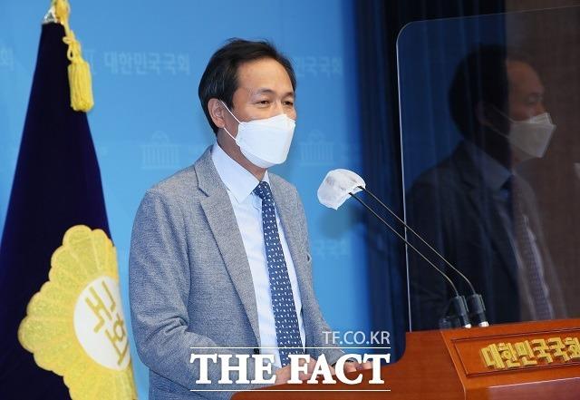 """우상호 더불어민주당 의원이 8일 서울 여의도 국회 소통관에서 기자회견을 하고 있다. 그는 이 자리에서 """"농지법 위반 소지 토지는 지난 2013년 6월 어머니가 돌아가셔서 묘지용으로 구입한 토지""""라고 해명했다. /이선화 기자"""