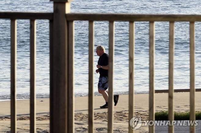 아침 달리기하는 보리스 존슨 총리 [AP=연합뉴스]