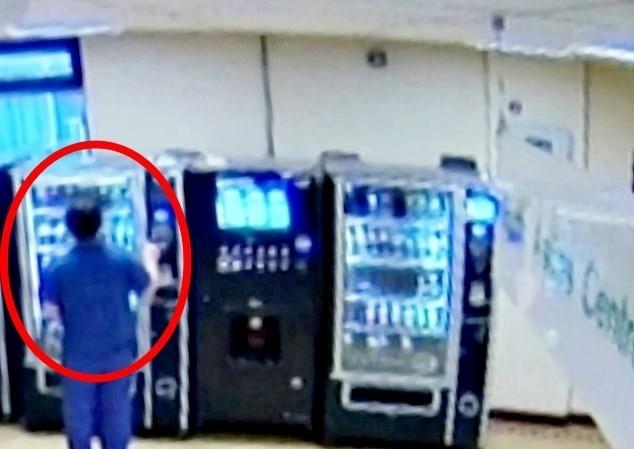 영국의 한 병원 직원이 코로나19 사망 환자의 신용카드를 사용해 과자를 사 먹다 적발됐다. (웨스트 미들랜드 경찰 홈페이지 갈무리) © 뉴스1