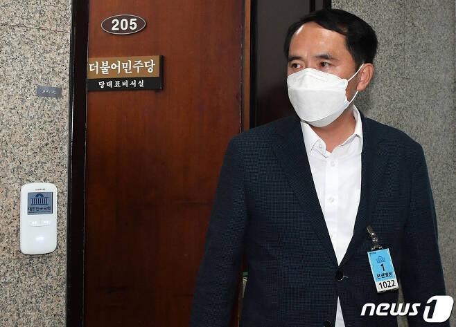 최원일 전 천안함 함장이 9일 서울 여의도 국회 더불어민주당 대표실을 방문한 뒤 대표실을 나서고 있다. 2021.6.9/뉴스1 © News1 구윤성 기자