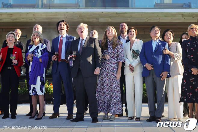 G7 정상회의 참석차 영국을 방문중인 문재인 대통령이 12일(현지시간) 영국 콘월 카비스베이에서 참가국 정상 내외들과 영국 특수비행팀 '레드 애로우'의 G7 정상회의 축하 비행을 관람하고 있다.(청와대 페이스북) 2021.6.13/뉴스1