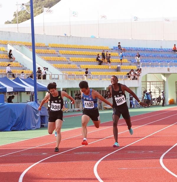 13일 오후 전북 익산 종합운동장에서 열린 '제50회 전국종별육상경기선수권대회' 남자 고등부 100m 결승에 출전한 비웨사가 우승했다. 비웨사와 박원진이 레이스를 펼치는 장면.