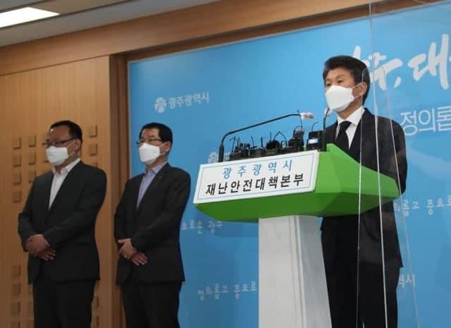 정몽규(오른쪽) HDC그룹 회장이 10일 오전 광주시청 브리핑룸에서 광주 철거건물 붕괴 사고 관련 기자회견을 하고 있다. /광주=문승용 기자