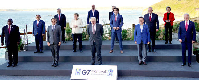 G7 정상회의 참석차 영국을 방문 중인 문재인 대통령이 12일(현지시각) 영국 콘월 카비스베이 양자회담장 앞에서 참가국 정상들과 기념사진을 촬영하고 있다. 앞줄 왼쪽부터 남아공 시릴 라마포사 대통령, 프랑스 에마뉘엘 마크롱 대통령, 영국 보리스 존슨 총리 , 문재인 대통령, 미국 조 바이든 미국 대통령. 두번째 줄 왼쪽부터 일본 스가 요시히데 총리, 독일 앙겔라 메르켈 총리, 캐나다 쥐스탱 트뤼도 총리, 호주 스콧 모리슨 총리. 세번째 줄 왼쪽부터 UN 안토니우 구테흐스 사무총장, 샤를 미셸 EU 정상회의 상임의장, 이탈리아 마리오 드라기 총리, 우르줄라 폰데어라이엔 EU 집행위원장. 콘월/연합뉴스