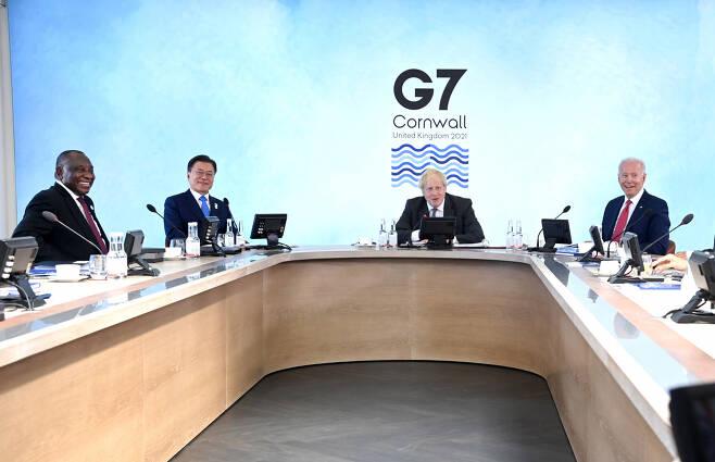 문재인 대통령이 12일(현지시간) 열린 G7 확대 정상회의에서 조 바이든 미국 대통령과 함께 의장석 바로 옆 자리를 차지해 눈길을 끈다.[사진=플리커 G7 정상회의 계정]