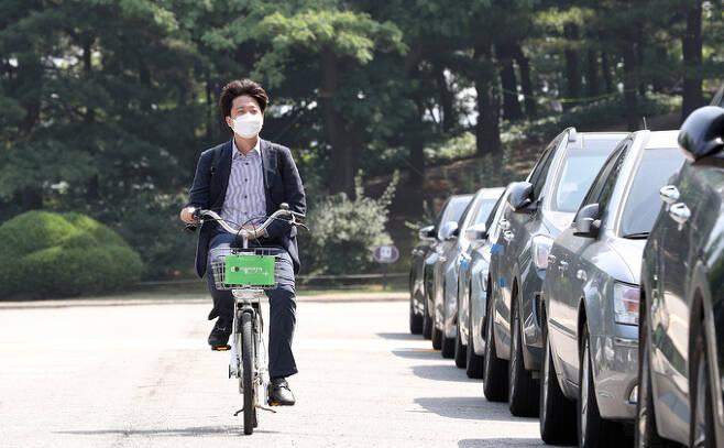 국민의힘 이준석 대표가 13일 공유형 자전거 따릉이를 타고 국회에 출근하고 있다. 공동취재사진