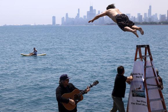 지난 일년 동안 매일 아침 미국 미시간 호수에 다이빙한 댄 오코너가 12일(현지시간) 자신의 365번째 입수를 위해 몸을 날리고 있다.시카고 AP 연합뉴스