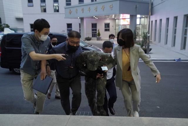 극단적 선택을 한 공군 여성 부사관을 성추행한 혐의를 받는 B중사가 지난 2일 구속영장실질심사를 받기 위해 국방부 보통군사법원에 압송되고 있다. /사진 제공=국방부
