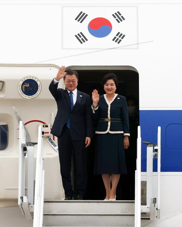 G7 정상회의 참석차 영국을 방문한 문재인 대통령이 부인 김정숙 여사와 11일(현지시간) 영국 콘월 뉴키 공항에 도착해 공군 1호기에서 인사하고 있다. /연합뉴스