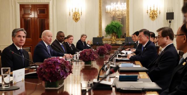 문재인 대통령이 5월21일(현지시간) 백악관 국빈만찬장에서 조 바이든 미국 대통령과 확대회담을 하고 있다. /연합뉴스