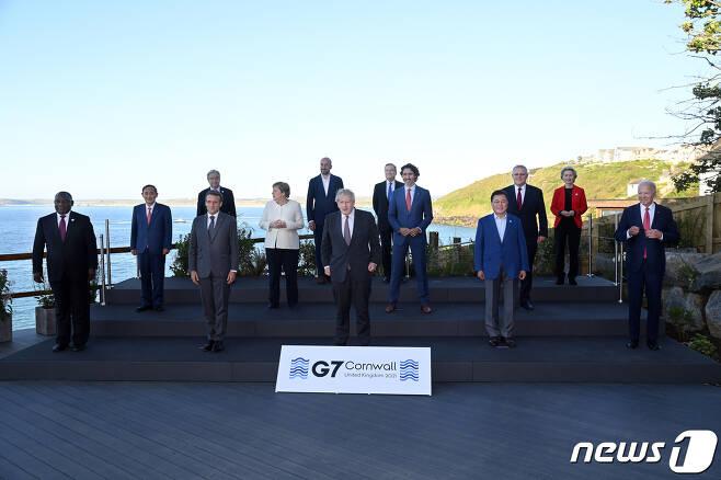 G7 정상회의 참석차 영국을 방문한 문재인 대통령(앞줄 왼쪽 두 번째)이 12일(현지시간) 영국 콘월 카비스베이 양자회담장 앞에서 참가국 정상들과 기념사진을 촬영하고 있다.(G7 정상회의 제공) 2021.6.13/뉴스1