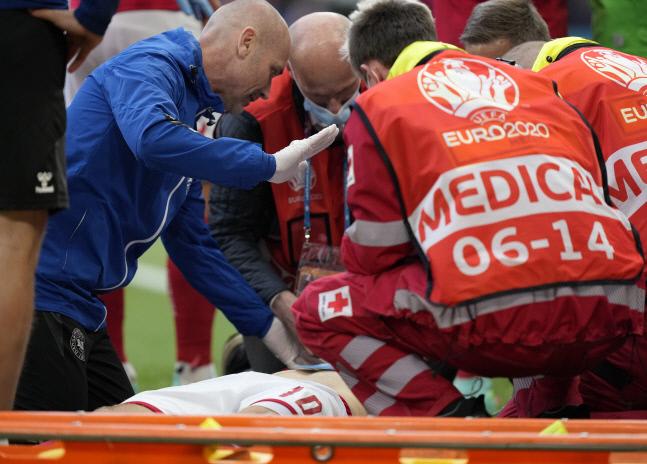 덴마크 대표팀 의료진이 쓰러진 크리스티안 에릭센을 위해 응급처치를 하고 있다. 코펜하겐   AP연합뉴스